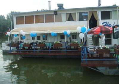 Esküvői buli a Tiszán. Éjfél után már nem csak a hajó hánykolódott… :)