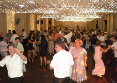 A táncra csábító zene hatására a korosztályok egyik találkozóhelye a táncparkett volt