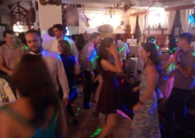 A finom ételek, a 2000-es évek slágerei és reggelig tartó mulatság az összegzése Kati és Dani esküvői bulijának a Bajai Halászcsárdában