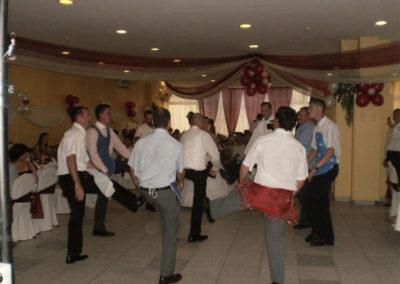 A férfiak úgy táncolnak, ahogy a vőfély fütyül...
