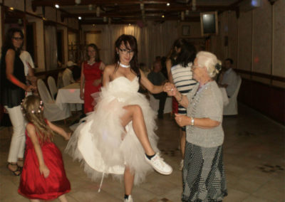 A jelen és a régmúlt menyasszonyai a táncplaccon