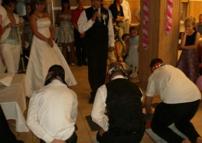 Kreatív vőfély és a vendégek imája az ifjú párért