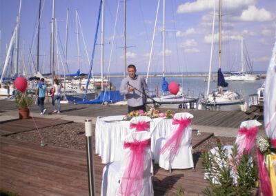 Készülődés a ceremónia hangosítására a siófoki vitorlás kikötőben